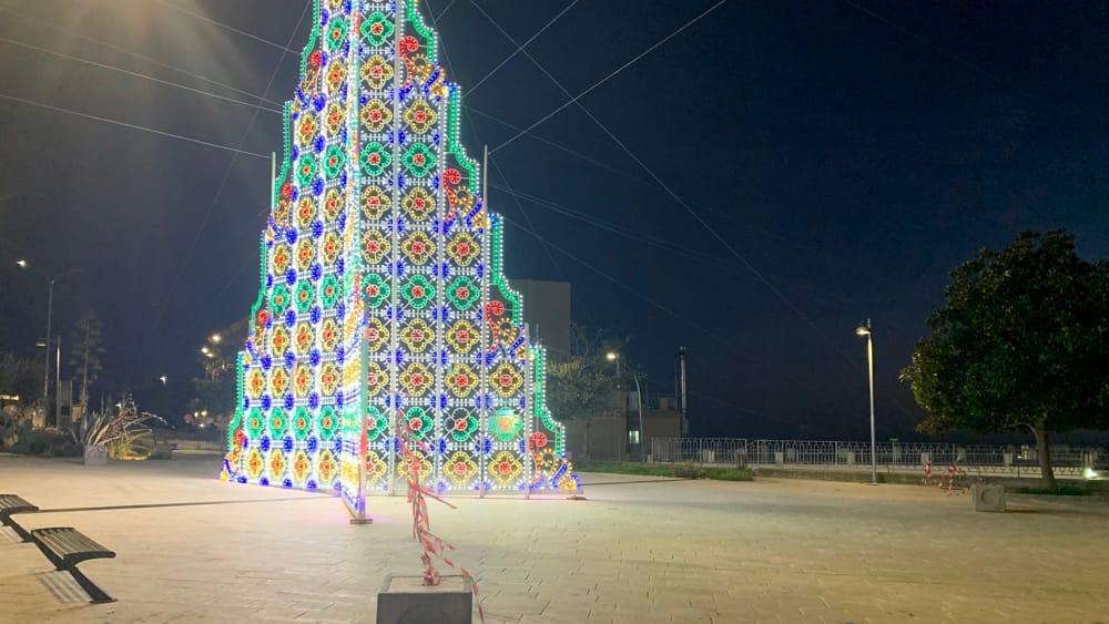 Immagini Natalizie Libere.Albero Di Natale Di Piazza Marconi Di Rosa E Pericoloso