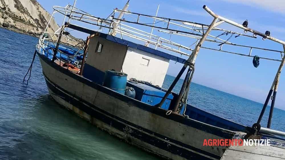 Ritrovato il barcone abbandonato a Palma, bloccati decine e decine di tunisini: è mistero sul numero degli sbarcati