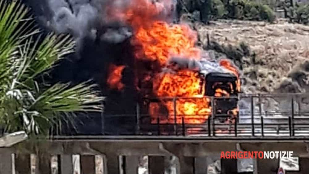 Scoppia l'incendio mentre il camion è sul viadotto, motrice invasa dalle fiamme