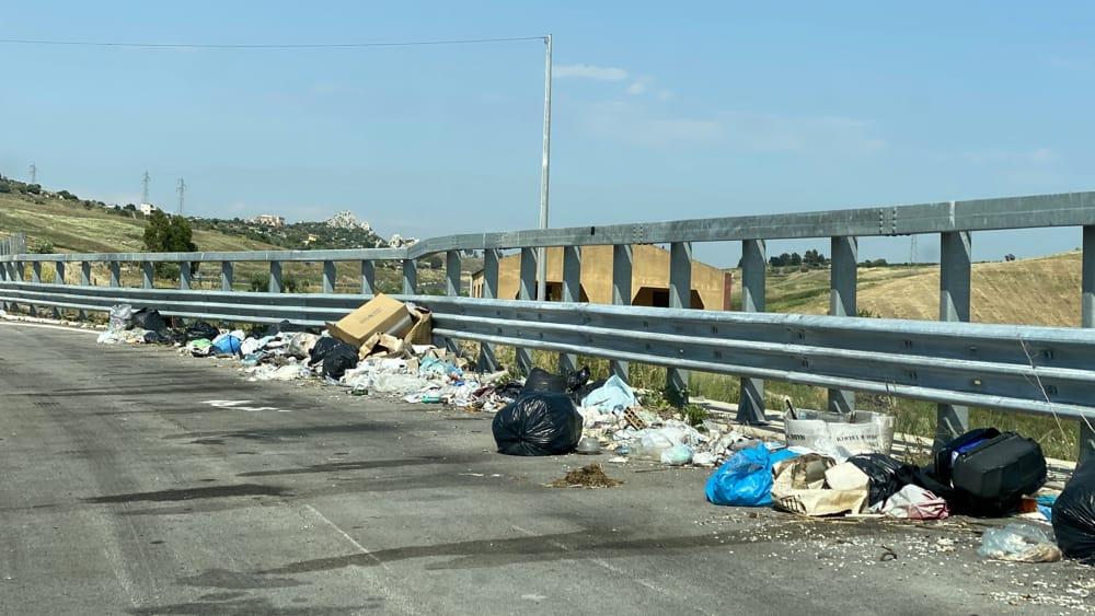 Statale 640, impossibile fermare gli incivili: piazzole sempre piene di rifiuti