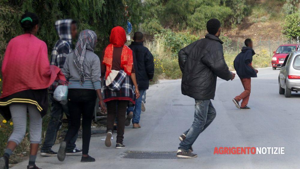 Tunisini in fuga dal centro d'accoglienza: hanno fame e freddo e tornano indietro