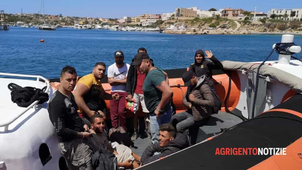 Barcone carico di migranti in difficoltà, salvate 56 persone in extremis